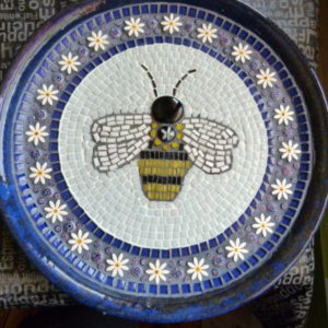 MOSAIC INSPIRATION Cheryls Bee Bath using ceramic daisy inserts www.mosaicinspiration