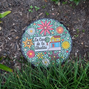 Sheree's stepping stone using flowers daisies from MOSAIC INSPIRATION www.mosaicinspiration.com