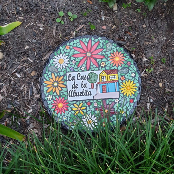 Sherees stepping stone using flowers daisies from MOSAIC INSPIRATION www.mosaicinspiration.com